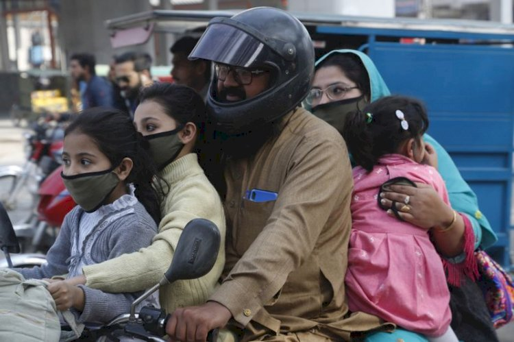 The public in Lahore forced to stand in sun for not wearing masks