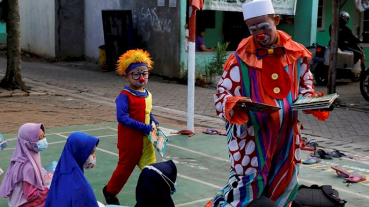 'Indonesian Clown' Inspires Children To Learn Quran